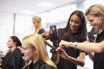 Učitelj pomaže učenicima da postanu frizeri