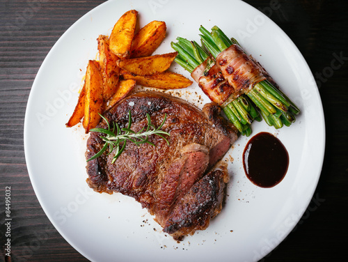 Papiers peints Steakhouse Juicy rib-eye steak with potatoe wedges and french beans