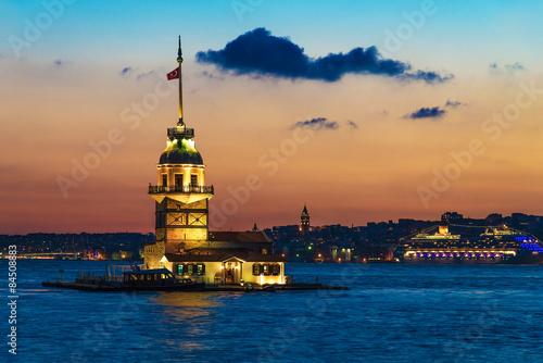Photo  Maiden's Tower (Kiz Kulesi) at sunset. Istanbul, Turkey