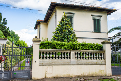 Fotografie, Obraz  Antica Villa Signorile bianca, ingresso cancello siepe