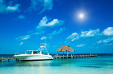 Jacht przy pomoście na tropikach