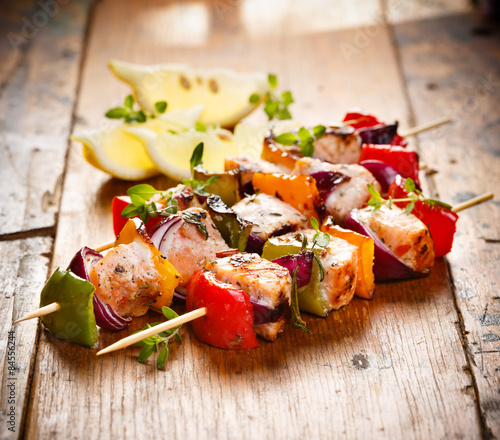 Fotografía Grilled skewers of salmon and vegetables