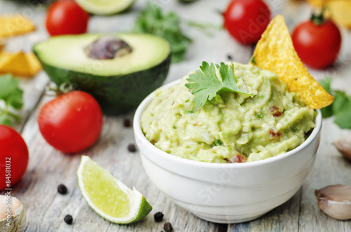 Fotografía  guacamole with corn chips