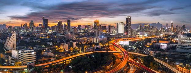 panorama bangkok grad zalazak sunca prometna cesta, noćni pogled na krov obzor autoceste sumrak, poslovne zgrade, dnevni boravak, etažiranje u gradu bangkok skyline vrh noćni pogled centar i poslovni ured