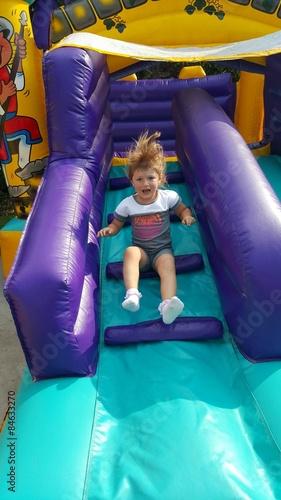 Fotografie, Obraz  Bambina che gioca ai gonfiabili