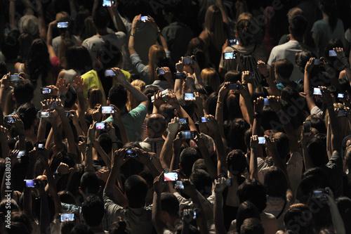 Plakat Podekscytowani młodzi ludzie biorący udział w pokazie, oklaskiwujący i biorący udział w teledyskach z telefonów komórkowych