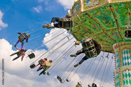 Foto  Unkenntlich Menschen auf fliegenden Schaukel Attraktion