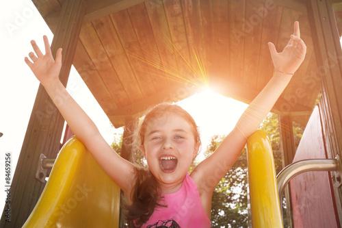 Fotografia, Obraz  Bambina su scivolo che esulta