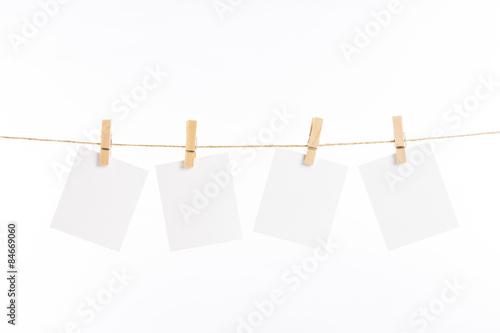 Fotografie, Obraz  Papírové stírací karty závěsné lano izolované