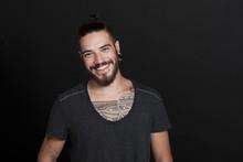 Attraktiver Junger Mann Mit Tattoo Und Bart Lächelt