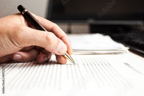 Foto  Person writing on a document