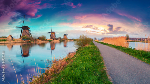 Photo sur Toile Moulins Dutch windmills on canak at Kinderdijk