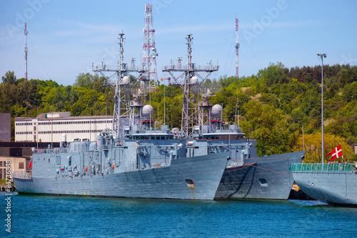 Obraz Okręt wojenny marynarki wojennej zacumowany przy nabrzeżu w porcie w Gdyni - fototapety do salonu