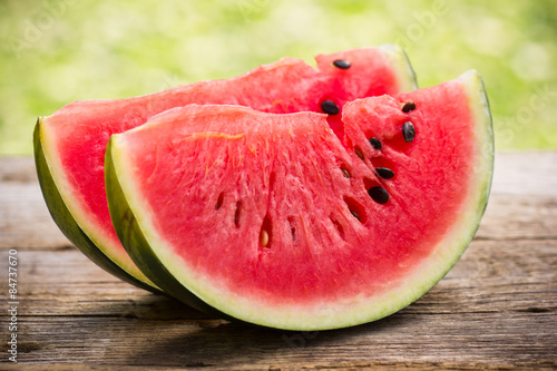 Fotografia  Watermelon slices on the wooden table