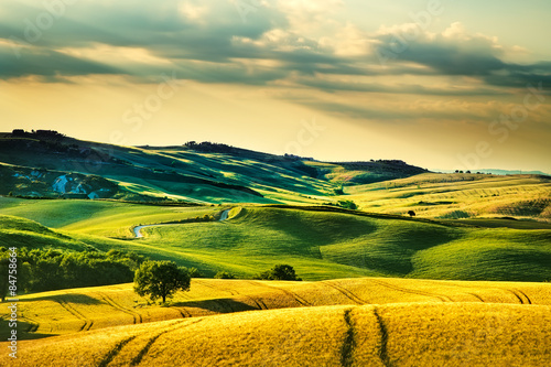 Photo Tuscany spring, rolling hills on sunset. Volterra rural landscap