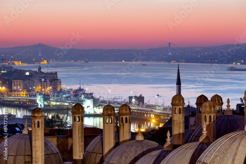 Foto op Plexiglas Bedehuis Domes of Suleymaniye Mosque and the bridge through Bosphorus at sunrise, Istanbul