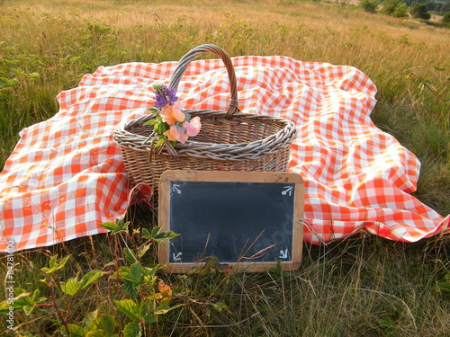 Keuken foto achterwand Picknick Picnic basket red checkered cloth