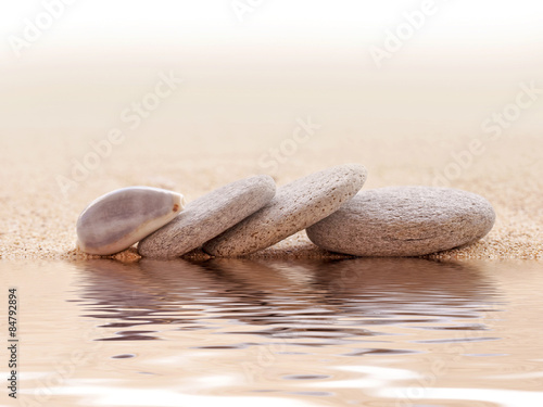 Tuinposter Stenen in het Zand Zen stone stack and sand, water reflections