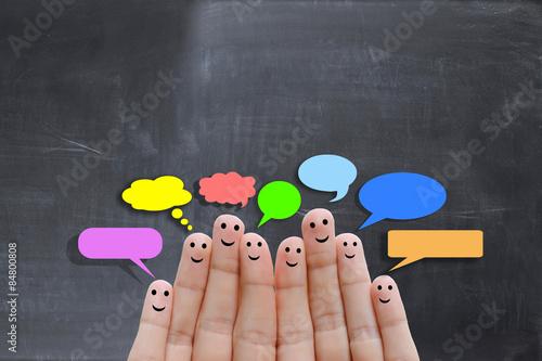Foto  Glückliche menschliche Finger darauf hindeutet, Feedback und Kommunikationskonze