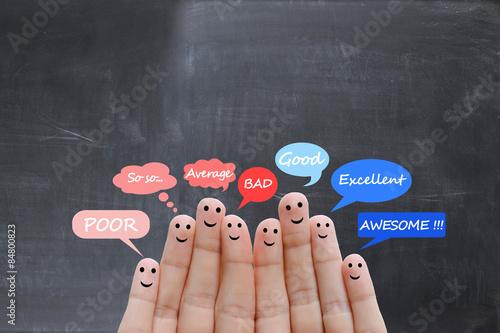 Fotografía  Escala de satisfacción de los clientes y testimonios concepto con los dedos huma