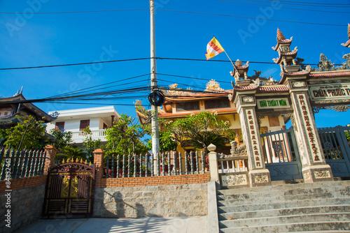 In de dag Beautiful temple,entrance gateOid church, under sunny sky.Mui Ne, Vietnam.