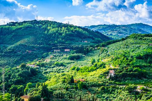 Tematy naklejek na wymiar tuscany-zielonych-wzgorzy-panoramiczny-krajobraz-tuscany-wlochy