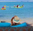 femme assise sur plage de Trou d'Eau, île de la Réunion
