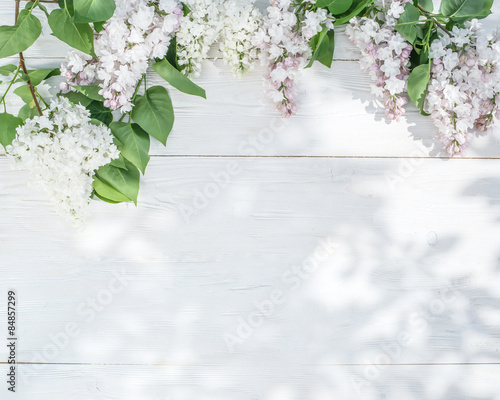 Foto op Plexiglas Lilac Blooming lilac flowers on the old wooden table.
