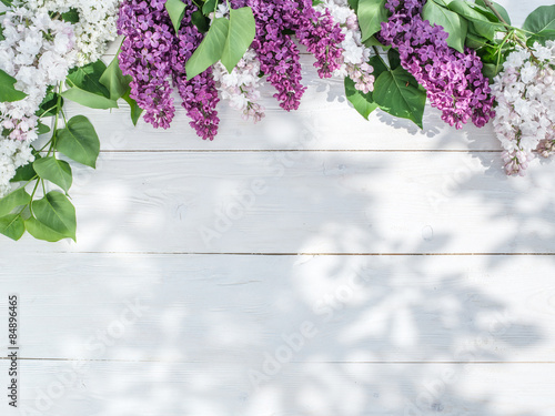 Photo sur Toile Lilac Blooming lilac flowers on the old wooden table.
