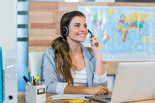 Photo  Pretty travel agent speaking to customer