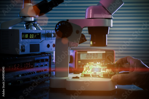 control microelectronic device in a laboratory microscope Canvas-taulu