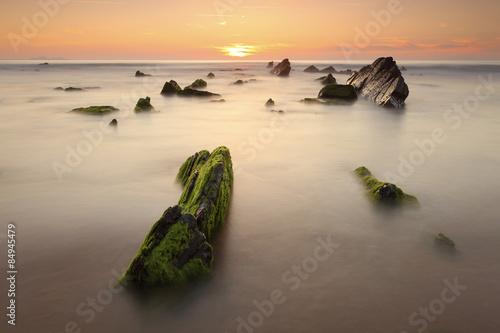 Photo  atardecer soleado entre rocas