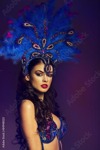 fototapeta na szkło Zmysłowa brunetka tancerz noszenie kostium Samba