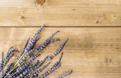 kwiaty-lawendy-na-drewnianym-tle