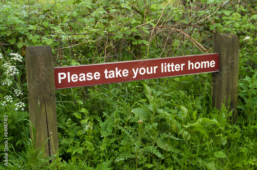 Tuinposter Weg in bos no litter sign