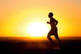 Człowiek biegnący przy zachodzie słońca