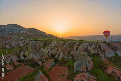 Papiers peints Morning Glory Balloons in Cappadocia at sunrise, Turkey