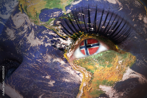 Photo  woman's face with planet Earth texture and norwegian flag inside the eye