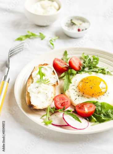 Fototapety, obrazy: fried egg, vegetable salad and a grilled cheese sandwich