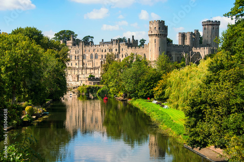 Deurstickers Kasteel Warwick castle in UK with river