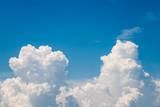 Białe chmury kłębiaste