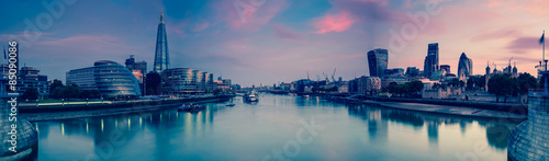 Spoed Foto op Canvas Londen Panoramic view on London and Thames at twilight, from Tower Brid