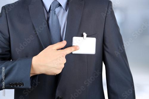 Fotografía  El hombre de negocios que muestra una insignia en blanco