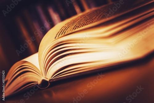 Fotografie, Obraz  Otevřít staré knihy