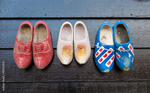 Photo wooden shoes on a wall