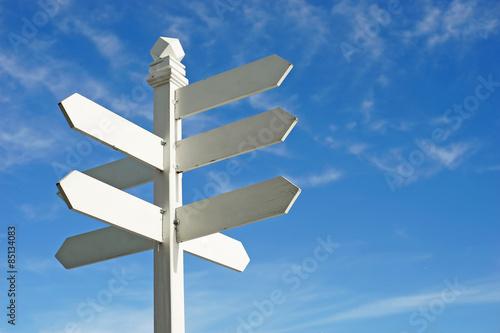 Fotografía  Señal de dirección con espacios en blanco para el texto