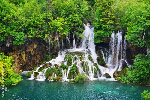 Tematy naklejek na wymiar wodospad-w-gorach