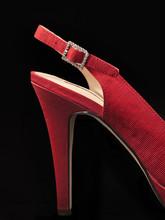 Zapatos Rojos De Mujer Sobre Fondo Negro. Vista De Frente