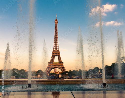 Poster Tour Eiffel Eiffel Tower (La Tour Eiffel) with fountains.