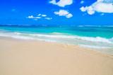 Błękitne niebo nad plażą